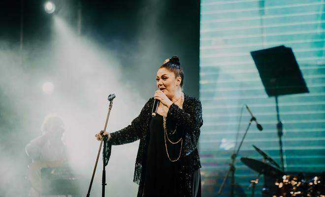 İzel, 15 yıl sonra yeniden Kapadokya'da konser verdi