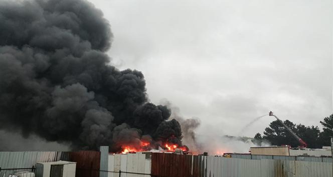 İstanbul Tuzla'da fabrika bahçesinde korkutan yangın