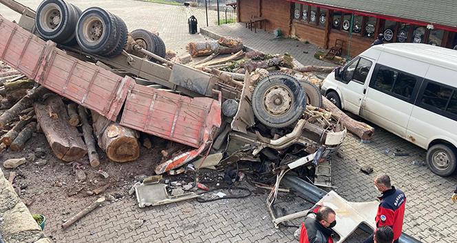 Kontrolden çıkan kamyonun devrildiği feci kaza kamerada