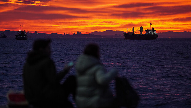 İstanbul'da gün doğumu gökyüzünü kızıla boyadı