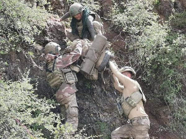 komandolar zorlu arazi sartlarinda teroristlerin izini suruyor 0 - Komandolar, zorlu arazi şartlarında teröristlerin izini sürüyor